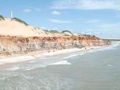 As falésias coloridas do litoral de Beberibe fazem belo contraste com o mar FOTO: DIVULGAÇÃO