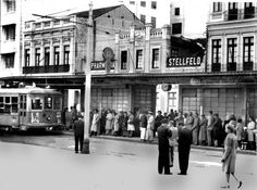 No coração da cidade – a Praça Tiradentes –, passageiros esperam tomar sua condução na então existente estação de bondes. A foto é de 1948 |