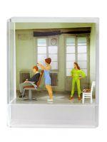 Ga naar de kapper! Kunst in een broche van Femkus Diorama.