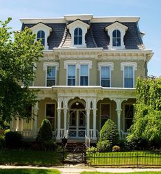 Though there isn't a balustrade, the trim that separates the stories still adds horizontal emphasis to this Mansard.