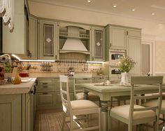 Витражные стекла, балясины, резной карниз. Угловая кухня Ришелье премиум-класса с фасадами из массива фисташкового цвета выполнена в классическом стиле http://www.aldas.ru/product/kuhnja-rishel%27e/