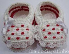 Sapatinho branco e vermelho, com pérolas, lacinhos e rendinhas.  Tamanho RN (0 a 3 meses).  Linha 100% algodão, maleável.  Este produto pode ser lavado. R$ 18,00
