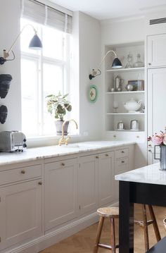 Cottage kitchen with open shelving in the corner Kitchen Shop, Kitchen Corner, Home Decor Kitchen, Home Kitchens, Kitchen Design, Cottage Kitchens, Kitchen Small, Kitchen Modern, Kitchen Hacks