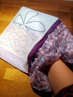 Liv i hus: Ny toalettmappe - med gratis oppskrift! A new pouch - with tutorial, for free! Sewing Tutorials, Sewing Projects, New Cosmetics, Patchwork Bags, Zipper Pouch, Tote Bag, Clutch Bags, Bag Making, Cosmetic Bag