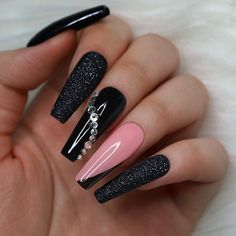 Here are some cute winter nail designs between black and silver glitter nails, black and gold glitter nails, and black marble nails designs. Cute Black Nails, Black Nails With Glitter, Black Acrylic Nails, Best Acrylic Nails, Gold Glitter, Nail Black, Black Nail Designs, Nail Art Designs, Pink Nails