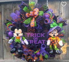 Mickey Halloween Party, Minnie Mouse Halloween, Disney Halloween, Fall Halloween, Happy Halloween, Holloween Wreaths, Disney Wreath, Deco Mesh Crafts, Craft Show Ideas