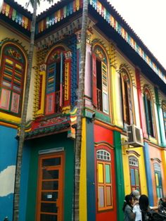 bright, where is this? Pure Joie, Little India Singapore, Anniversary Plans, Rainbow House, China Architecture, Amazing Street Art, Interesting Buildings, Old Buildings, Facades