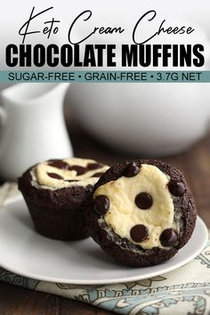Keto Chocolate Cream Cheese Muffins Delectable low carb chocolate muffins with a sugar-free cheesecake filling and keto-friendly chocolate chips. Make breakfast delicious again! Sugar Free Cheesecake, Low Carb Cheesecake, Breakfast Cheesecake, Cheesecake Cookies, Chocolate Cheesecake, Low Carb Desserts, Low Carb Recipes, Dessert Recipes, Dinner Recipes