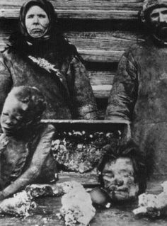 "Canibalismo y comunismo ""During Lenin's time as leader of Russia, many people starved to death due to the poor distribution of food. Many resorted to eating the dead, or killing the living in order to get some source of nutrition. In this 1921 photo, vendors are selling the corpse of a child they kidnapped and then butchered to the starving. Cannibalism has existed in most communist regimes, including Mao's China and Pol Pot's Cambodia""."