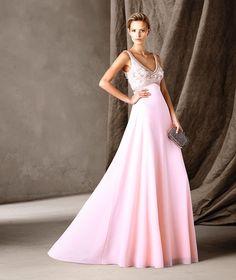 Pronovias fiesta #SS2016 Vestido largo rosa, escote pico y falda amplia. Pedrería en el cuerpo.
