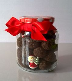 Lembrancinhas de Natal simples e baratas Christmas Time, Christmas Crafts, Xmas, Chocolate Gifts, Chocolate Lovers, Jar Gifts, Food Gifts, Homemade Christmas Gifts, Homemade Gifts