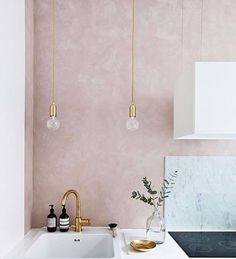 Gravity Home White kitchen with a soft pink wall modern interior design home decor Voxtorp Ikea, Layout Design, Pink Vintage, Azul Vintage, Kitchen Decor, Kitchen Design, Decoracion Vintage Chic, Polished Plaster, Tadelakt