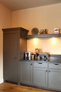 Handgeschilderde mat grijze keuken. Met hardstenen blad.