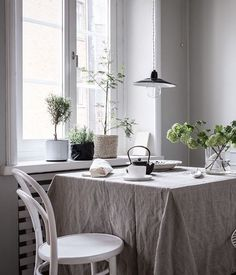 Invinting kitchen dining area - via Coco Lapine Design