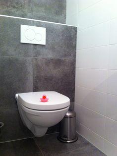 Vloertegels in een toilet tevens tegen de wand!