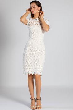 e7f42257301 La robe cintrée en dentelle blanche est chic et raffinée.  dress  white