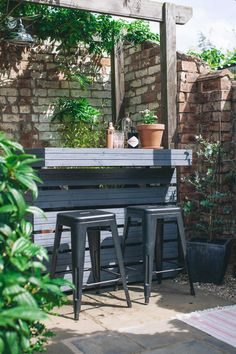 Outdoor garden bar made from decking boards with industrial style stools and wooden pergola outdoor bar Outdoor Garden Bar, Diy Garden Bar, Diy Outdoor Bar, Backyard Garden Landscape, Small Backyard Gardens, Modern Backyard, Garden Seating, Easy Garden, Backyard Landscaping