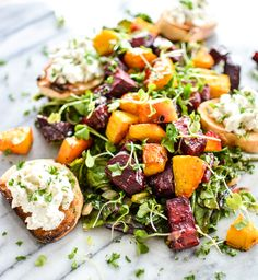 Roasted Beet Salad with Wilted Beet Greens and Goat Cheese Crostini Warm Salad Recipes, Beet Recipes, Vegetarian Recipes, Healthy Recipes, Healthy Meals, Healthy Eating, Roast Recipes, Healthy Food, Recipies