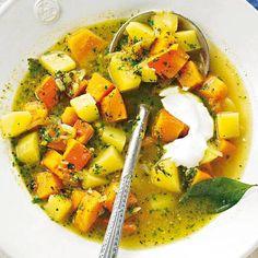 Kartoffel-Kürbis-Eintopf:  Statt feiner Suppe kommt heute ein stückiger Eintopf auf den Tisch - für Würze sorgt selbst gemachtes Kürbiskern-Pesto.