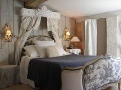 Chambre à coucher avec ciel de lit romantique