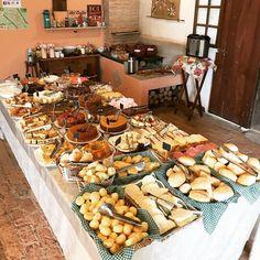 da terra a mesa sitio em jundiai serve cafe colonial com produtos produzidos no local Brunch Party, Brunch Wedding, Food Platters, Coffee Break, Food Presentation, Fall Recipes, Coffee Shop, Terra, Party Snacks