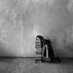 Someone must have been inspired by Francesca Woodman Francesca Woodman, Book Nooks, Black And White Pictures, So Little Time, Dark Art, Art Photography, Creepy Photography, Halloween Photography, Creative