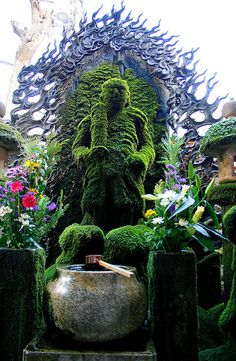 The Houzen-ji temple in Osaka is famous for its moss covered Fudo-myo statue, known as Mizukake Fudo. People visit the shrine for prosperous business and fulfilment in love.
