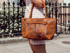The bella is a classic leather handbag design that every woman deserves to add to their collection. A perfect example of a handmade leather bag. Leather Hobo Bags, Leather Handbags Online, Leather Saddle Bags, Leather Bags Handmade, Leather Handle, Women's Handbags, Classic Leather, Vintage Leather, How To Make Handbags