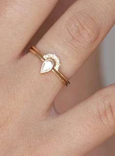 I Would Prefer Silver Or White Gold But This Is So Pretty 12 Distinctively Stylish And Unique Engagement Rings Carat Pear Diamond Ring With A