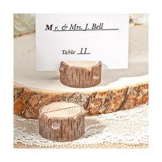 Questo bellissimo segnaposto è perfetto per celebrare qualunque evento con semplicità  ed un tocco rustico: realizzati in resina con il design di un perfetto tronco di  legno questi segnaposto vi permetteranno di valorizzare i tavoli del vostro ricevimento  in modo unico ed originale.  I biglietti segnaposto sono inclusi.    Misure: 3,8 x 2 cm