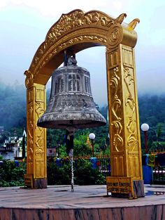 Big bell, Rewalsar, Himachal Pradesh, India ✫ ✫ ✫ ✫ ♥ ❖❣❖✿ღ✿ ॐ ☀️☀️☀️ ✿⊱✦★ ♥ ♡༺✿ ☾♡ ♥ ♫ La-la-la Bonne vie ♪ ♥❀ ♢♦ ♡ ❊ ** Have a Nice Day! ** ❊ ღ‿ ❀♥ ~ Sa Oct 2015 ~ ~ ❤♡༻ ☆༺❀ . Cool Places To Visit, Places To Travel, Places To Go, Om Namah Shivaya, Temple Bells, Asia, Amazing India, Hindu Temple, Indian Temple