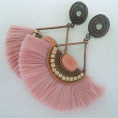 Indian Jewelry Earrings, Jewelry Design Earrings, Tassel Jewelry, Diy Earrings, Designer Earrings, Antique Jewellery Designs, Antique Jewelry, Green Tassel Earrings, Fashion Accessories