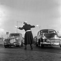 Agent bij Nederland-Belgie in de Kuip, 1957 Foto: Vrije Volk
