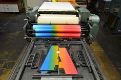 Irisdruck einer entzweigebrochenen Holzletter in der Druckwerkstatt des Museums für Druckkunst. Künstler: Bruno Schachtner.  #druckpresse #woodtype #holzletter #letterpress #printingpress #print #druck #druckwerkstatt #druckkunst #irisdruck