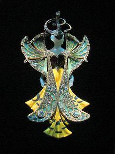 Pendentif d'Henri Vever (Musée des arts décoratifs))    Pendentif présenté à l'Exposition Universelle de 1900  Ivoire, diamants taille brillant, perle baroque, émail  Henri Vever (1853-1942), Paris
