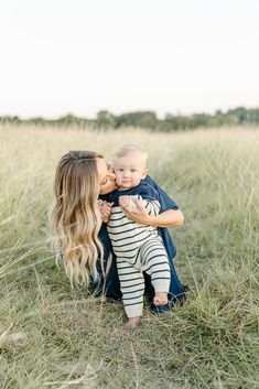 Discover recipes, home ideas, style inspiration and other ideas to try. Mommy And Baby Pictures, 6 Month Baby Picture Ideas Boy, Mother Son Pictures, Summer Family Pictures, Family Photos With Baby, Family Maternity Photos, Fall Family Photos, Baby Boy Photos, Family Photoshoot Ideas