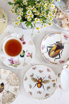 Who knew insect-adorned vintage plates could be so darn charming? #DIY