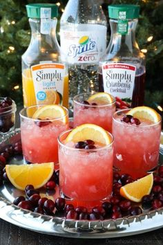 This non-alcoholic Cranberry Orange Mocktail is an easy and refreshing fruit pun. This non-alcoholic Cranberry Orange Mocktail is an easy and refreshing fruit punch drink for the holidays. It's fizzy, fruity, and only 3 ingredients! Cranberry Cocktail, Cranberry Fruit, Orange Cocktail, Cranberry Xmas Drink, Pineapple Cocktail, Pineapple Lemonade, Vodka Lemonade, Orange Fruit, Orange Slices