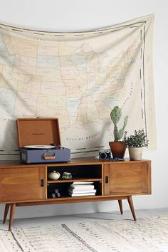 4040 Locust Vintage Map Tapestry das Casas See more Here… Home Interior, Interior And Exterior, Interior Design, My New Room, My Room, Room Inspiration, Interior Inspiration, Fabric Wall Decor, Deco Retro
