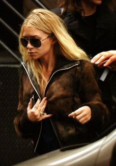 Ashley Olsen in a brown fur jacket & aviators Ashley Olsen Style, Olsen Twins Style, Mary Kate Ashley, Mary Kate Olsen, Olsen Fashion, Ashley Brown, Fur Jacket, Brown Jacket, Fur Coat