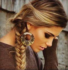Llevar el cabello semirecogido con una trenza bonita puede ser la opción  que necesitas para ... 3badec16bd40