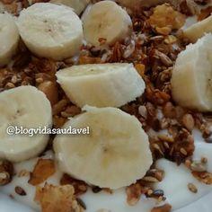 Bom diaaaaa com muita alegria e um café da manhã sensacional: iogurte sem lactose  granola da @ssimplesmente  1 banana!  #blogvidasaudavel #eumaistop by blogvidasaudavel