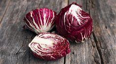 Ecco 7 buoni motivi per cui dovresti mangiare il radicchio, un ortaggio della famiglia delle Cicorie, tipicamente invernale...