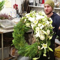 Winterkanz weiss – Trauerfloristik – Diy Anleitung – Rebel Without Applause Large Flower Arrangements, Flower Arrangement Designs, Funeral Flower Arrangements, Christmas Arrangements, Grave Flowers, Funeral Flowers, Wedding Flowers, Flower Shop Decor, Funeral Sprays