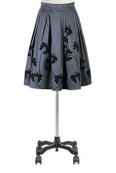 Precise double inverted pleats add spin-ready volume to our feminine cotton sateen skirt embellished with contrast-tonal floral applique.