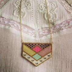 Mon petit nouveau! J'ai pris beaucoup de temps à le dessiner, choisir les couleurs, et à le tisser aussi, rentrée oblige... Pour l'instant je suis super contente de ma rentrée! Ça se fête avec un nouveau #sautoir pour demain #collier #bijou #miyuki #perles #tissage #perlezmoidamour #jenfiledesperlesetjassume #diy #faitmain #handmade #geometrique #bonjourbonjourlesfleurettes