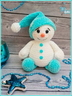 Crochet bonhomme de neige amigurumi This crochet plush snowman toy is too cute! Amigurumi snowman toy like this is soft, squeezable for kids to touch and play. Use this free pattern to make perfect gift or home decoration. Cute Crochet, Crochet Crafts, Crochet Baby, Crochet Projects, Single Crochet, Crochet Ideas, Crochet Patterns Amigurumi, Amigurumi Doll, Crochet Dolls