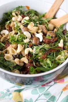 Pastasallad med champinjoner och soltorkade tomater Sprouts, Oliver, Vegetables, Food, Beautiful, Spinach, Essen, Vegetable Recipes, Meals