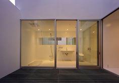 バスタブを埋め込みタイプにすることで、フラットで広々とした空間を得た洗面浴室