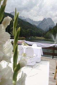 Freie Trauung auf der Floßterrasse am See mit Blick auf das Wettersteingebirge; Heiraten in Garmisch-Partenkirchen, Bayern - Hochzeitshotel Riessersee Hotel Resort - Wedding in Bavaria
